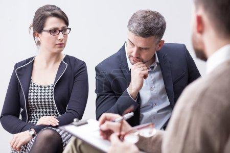 Photo pour Tir d'un couple habillé élégamment regardent avec colère au cours d'une conversation avec un conseiller - image libre de droit