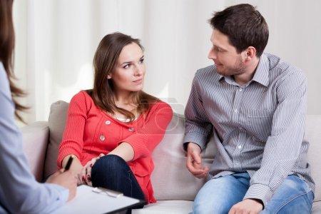 Photo pour Mariage des jeunes heureux de commencer une vie nouvelle après la séance de thérapie - image libre de droit