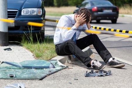 Photo pour Hombre triste en la escena del accidente de carretera, horizontal - image libre de droit