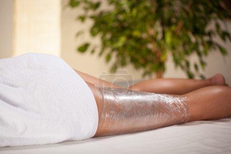 Photo pour Enveloppement corporel dans une salle de spa, horizontal - image libre de droit
