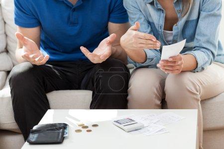 Photo pour Couple n'ayant pas assez d'argent pour les factures - image libre de droit
