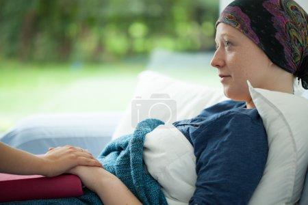 Photo pour Cancer femme couchée dans le lit soutenu par maman - image libre de droit