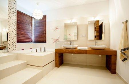Photo pour Vue de salle de bain spacieuse dans maison moderne - image libre de droit