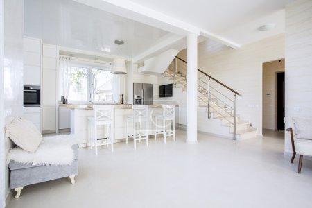 Photo pour Lumineux cuisine ouverte dans un intérieur moderne, horizontal - image libre de droit