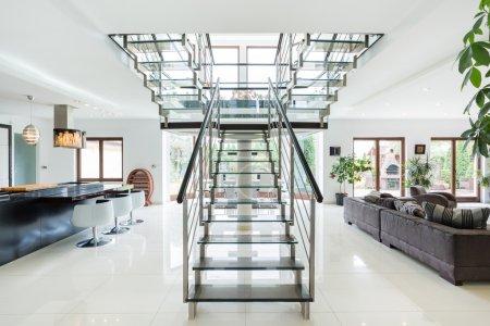 Photo pour Escalier moderne et spacieux appartement de luxe - image libre de droit