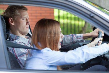 junges Paar streitet während der Fahrt