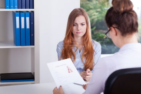 Photo pour A souligné la fille sur un entretien d'embauche au bureau - image libre de droit