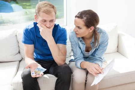 Photo pour Young couple having problems with paying high bills - image libre de droit