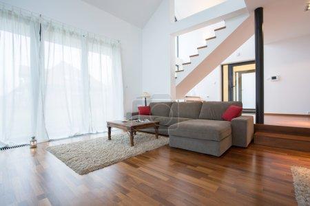 Photo pour Wooden parquet and small carpet in living room - image libre de droit
