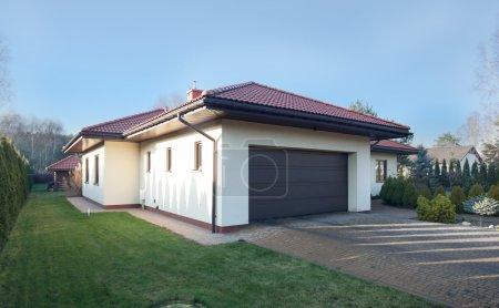 Photo pour Vue du garage de la maison de l'extérieur - image libre de droit