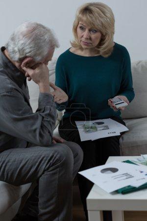 Photo pour Couples aînés discutant au sujet des problèmes financiers - image libre de droit