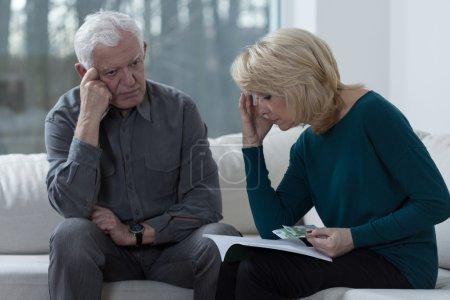 Photo pour Picture of older couple troubled by financial problems - image libre de droit