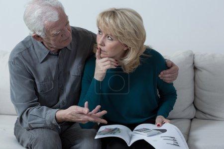 Photo pour Vieux mari pensif encourageant vers le haut de sa femme inquiète - image libre de droit