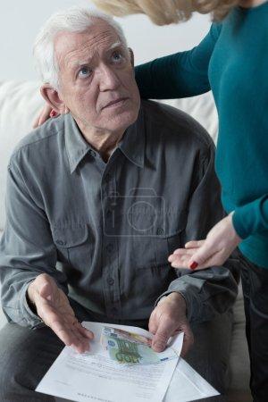 Photo pour Homme effrayé âgé regardant sa ligne de fond - image libre de droit