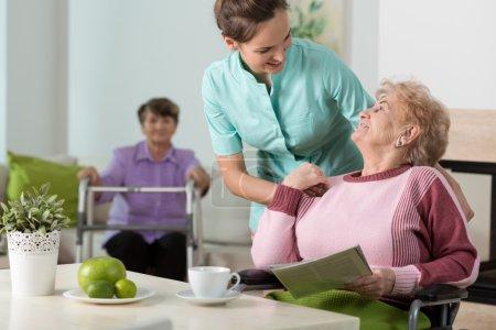 Photo pour Infirmière utile travaillant dans la maison de retraite - image libre de droit