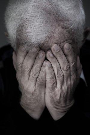Photo pour Portrait de vieillard à cheveux blancs pleurer - image libre de droit