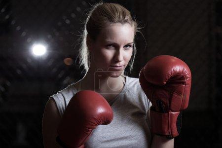 Photo pour Femme blonde de boxe de beauté allant se battre - image libre de droit