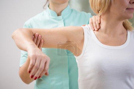 Physiothérapeute diagnostiquant le patient