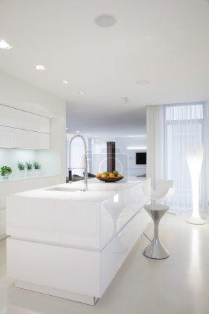 Photo pour Intérieur blanc de cuisine de beauté dans la maison contemporaine - image libre de droit