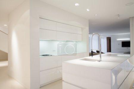 Photo pour Intérieur lumineux de cuisine avec les armoires blanches simples - image libre de droit