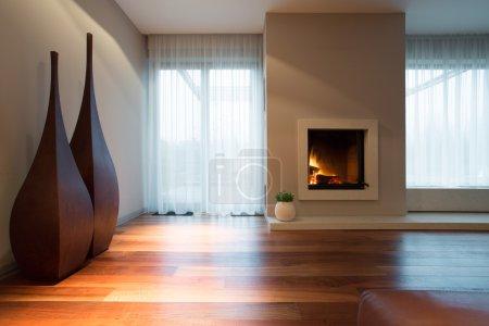 Photo pour Cheminée brûlante et décoration conçue dans le salon - image libre de droit