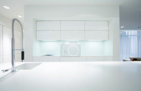 Photo pour Vue horizontale de l'intérieur blanc simple de cuisine - image libre de droit