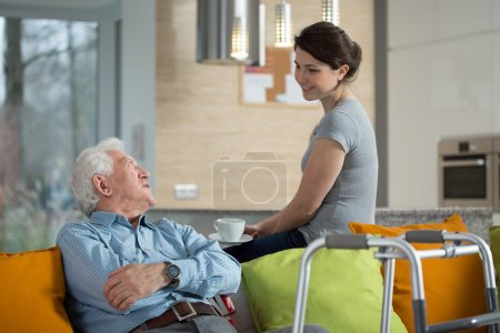 Photo pour Grand-père parler avec aimé petite-fille chez lui - image libre de droit