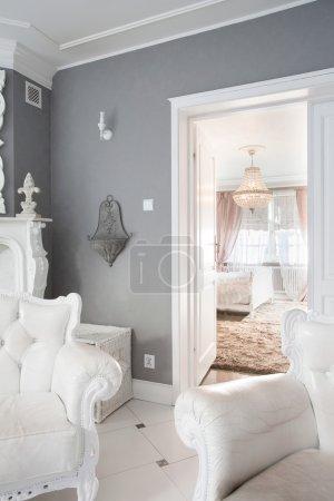 Photo pour Vue des meubles blancs à l'intérieur de la maison cher - image libre de droit