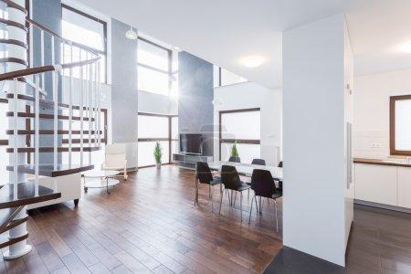 Photo pour Spacieux salon contemporain dans la maison de luxe - image libre de droit