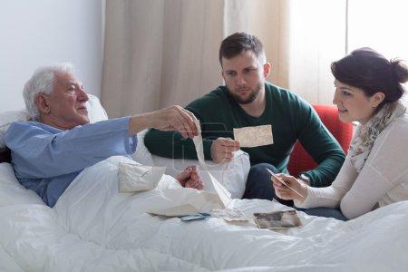 Photo pour Homme malade et sa progéniture à la recherche d'héritage familial - image libre de droit