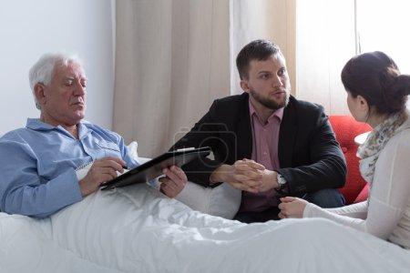 Photo pour Image du père en phase terminale faisant un volonté - image libre de droit