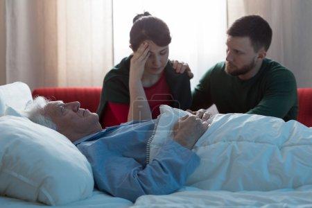 Photo pour Un patient atteint d'un cancer en phase terminale et des enfants déprimés - image libre de droit
