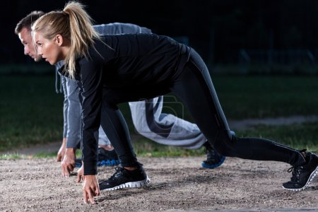Photo pour Athlètes sur un départ d'une course dans le parc - image libre de droit