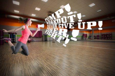 Photo pour Instructeur de fitness motivant pour s'entraîner au gymnase - image libre de droit