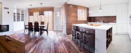 Photo pour Vue intérieure de la maison individuelle élégante en bois - image libre de droit