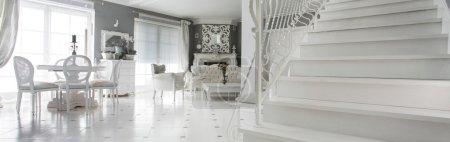 Photo pour Panorama intérieur luxueux avec escalier en marbre - image libre de droit