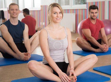 Photo pour Instructeur de yoga montrant l'exercice pendant les cours de yoga - image libre de droit