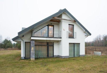 Photo pour Devant une maison unifamiliale en banlieue - image libre de droit