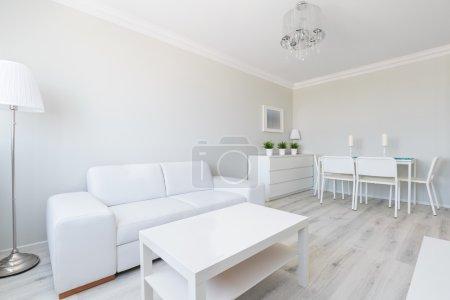 Photo pour Vue horizontale de l'intérieur blanc studio appartement - image libre de droit
