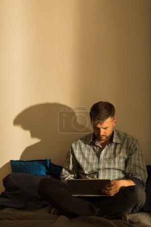 Photo pour Homme très solitaire est assis seul dans son appartement vide - image libre de droit