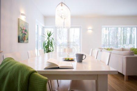 Photo pour Livre sur la table dans la salle de séjour confortable intérieur - image libre de droit