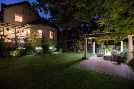 Photo pour Résidence de luxe avec patio de beauté - vue la nuit - image libre de droit