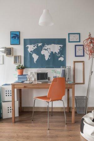 Photo pour Espace de travail bien agencé en salle moderne de l'adolescence - image libre de droit