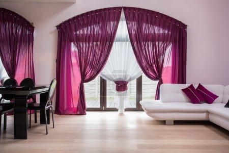 Photo pour Fenêtre avec rideaux de roses dans l'intérieur moderne - image libre de droit