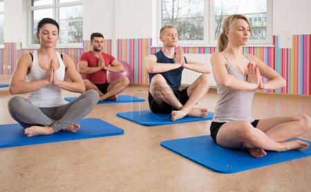 Photo pour Vue de la formation de yoga sur matelas en mousse - image libre de droit