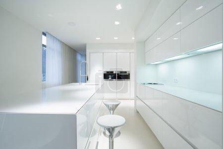 Photo pour Intérieur de cuisine beauté blanc dans la maison de luxe - image libre de droit