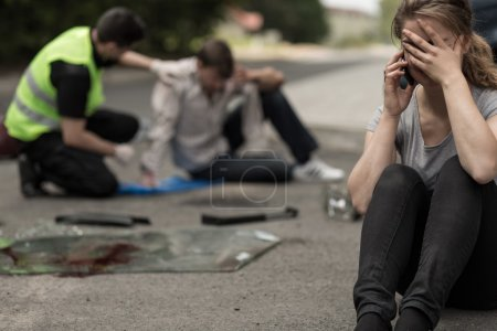 Photo pour Jeune conductrice de désespoir après l'accident de la circulation - image libre de droit