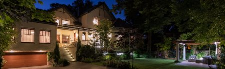 Photo pour Luxueuse maison moderne avec patio jardin - image libre de droit