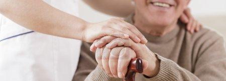 Photo pour Souriant aux handicapés senior homme et soin infirmier - image libre de droit