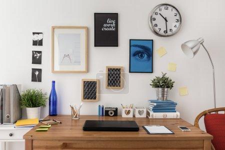 Photo pour Ordinateur portable sur le bureau dans un bureau moderne - image libre de droit